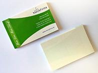 Sticker im Visitenkarten-Format, mit bedruckter Vorderseite (oben) und Rückseite mit geschlitzter Trägerfolie (unten)